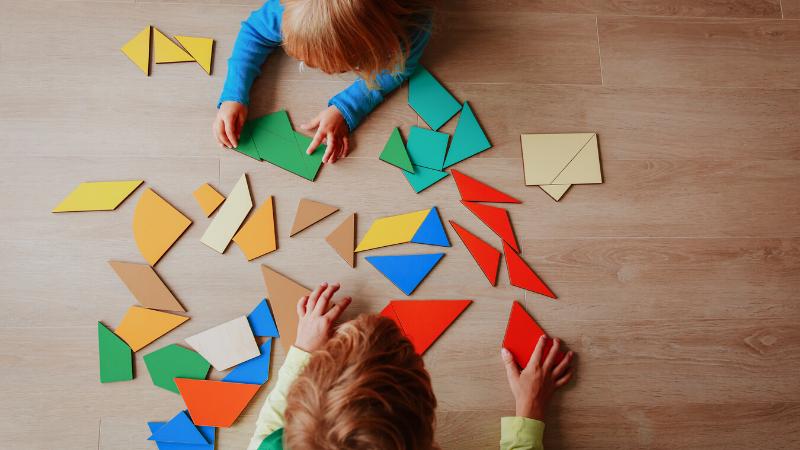niños armando piezas de un juego de memoria